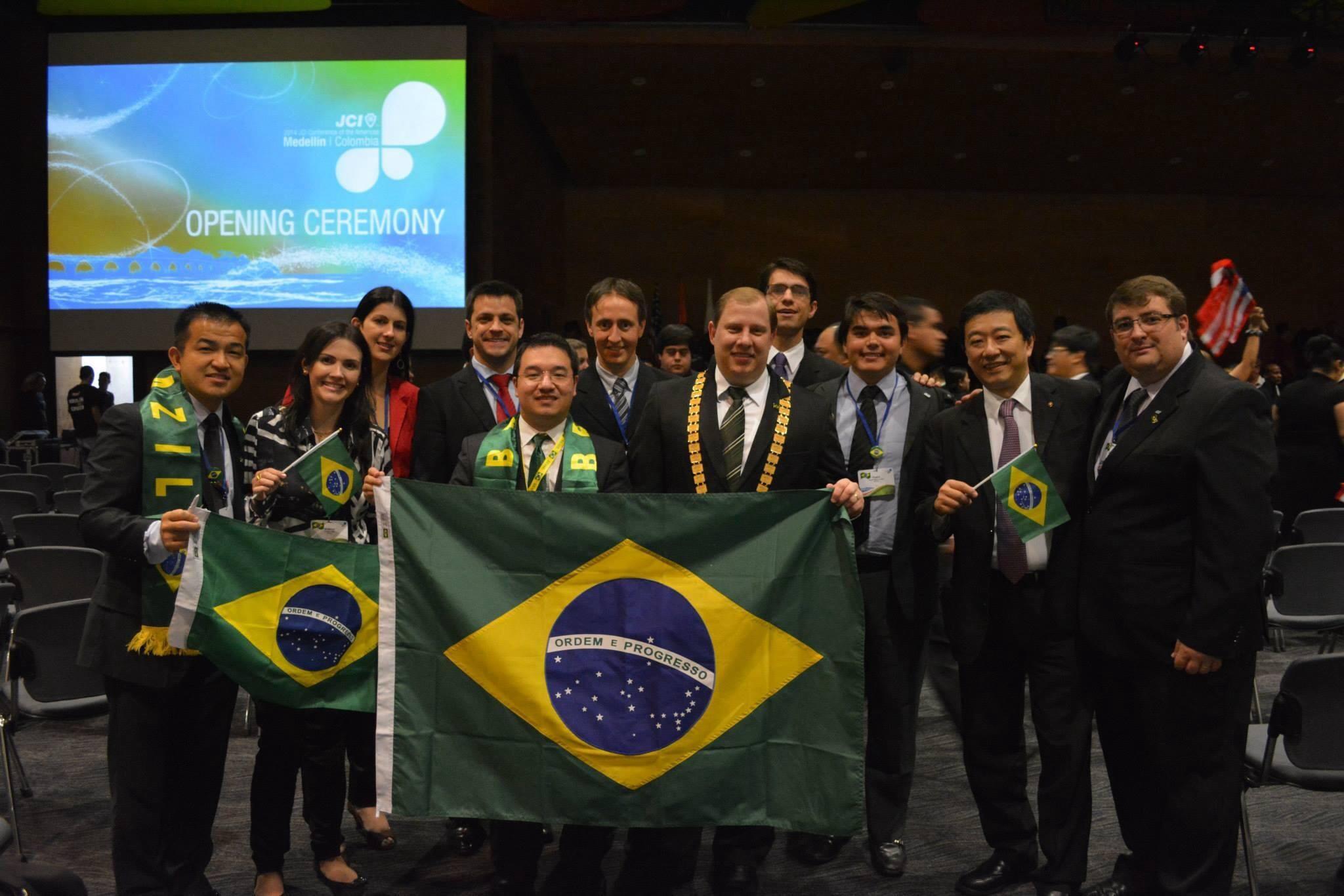 Membros da delegação brasileira representando suas Organizações Locais e o Brasil na Cerimônia de abertura